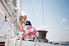 Γαμήλια νυφική ανθοδέσμη με τα ρόδινα και άσπρα τριαντάφυλλα σε ένα γιοτ Στοκ εικόνες με δικαίωμα ελεύθερης χρήσης