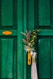 Γαμήλια νυφική ανθοδέσμη lavender σε μια παλαιά ξύλινη πόρτα Weddin στοκ εικόνα