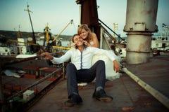 Γαμήλια νύφη και νεόνυμφος στη γέφυρα της βάρκας, μοντέρνο ζεύγος Στοκ Φωτογραφίες