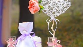 Γαμήλια οργάνωση στον κήπο, πάρκο Γαμήλιος πίνακας κάτω από ένα δέντρο με το όμορφο ντεκόρ Γαμήλια τελετή στο πάρκο απόθεμα βίντεο