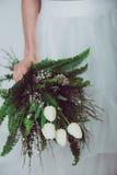 Γαμήλια λουλούδια εκμετάλλευσης νυφών Στοκ φωτογραφία με δικαίωμα ελεύθερης χρήσης