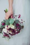Γαμήλια λουλούδια εκμετάλλευσης παράνυμφων Στοκ φωτογραφία με δικαίωμα ελεύθερης χρήσης