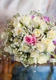 Γαμήλια λουλούδια σε έναν πίνακα καθρεφτών Στοκ φωτογραφίες με δικαίωμα ελεύθερης χρήσης