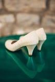 Γαμήλια παπούτσια στο υπόβαθρο λιμνών Στοκ Φωτογραφία