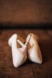 Γαμήλια παπούτσια στο υπόβαθρο λιμνών Στοκ φωτογραφία με δικαίωμα ελεύθερης χρήσης