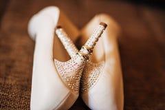 Γαμήλια παπούτσια στο υπόβαθρο λιμνών Στοκ εικόνες με δικαίωμα ελεύθερης χρήσης