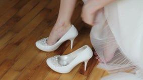 Γαμήλια παπούτσια συναρμολογήσεων απόθεμα βίντεο