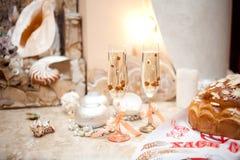 Γαμήλια ποτήρια της σαμπάνιας στον πίνακα Στοκ Εικόνα