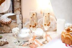 Γαμήλια ποτήρια της σαμπάνιας στον πίνακα Στοκ Εικόνες