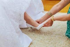 Γαμήλια προετοιμασία Οι φίλες της νύφης την βοηθούν στο γάμο παπουτσιών μου Στοκ Εικόνες