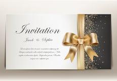 Γαμήλια πρόσκληση με τη χρυσά κορδέλλα και το τόξο Στοκ φωτογραφίες με δικαίωμα ελεύθερης χρήσης