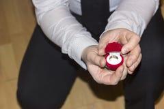Γαμήλια πρόταση με ένα καλό δαχτυλίδι Στοκ Εικόνες