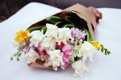 Γαμήλια ρύθμιση λουλουδιών με το βατράχιο, pion, τριαντάφυλλα Στοκ Εικόνες