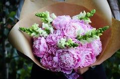 Γαμήλια ρύθμιση λουλουδιών με το βατράχιο, pion, τριαντάφυλλα Στοκ φωτογραφία με δικαίωμα ελεύθερης χρήσης