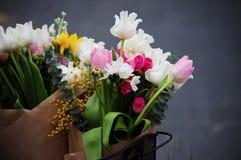 Γαμήλια ρύθμιση λουλουδιών με το βατράχιο, pion, τριαντάφυλλα Στοκ εικόνα με δικαίωμα ελεύθερης χρήσης