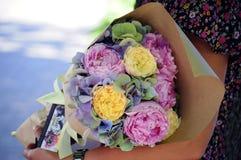 Γαμήλια ρύθμιση λουλουδιών με το βατράχιο, pion, τριαντάφυλλα Στοκ Φωτογραφία