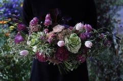 Γαμήλια ρύθμιση λουλουδιών με το βατράχιο, pion, τριαντάφυλλα Στοκ Εικόνα