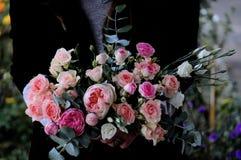 Γαμήλια ρύθμιση λουλουδιών με το βατράχιο, pion, τριαντάφυλλα Στοκ Φωτογραφίες