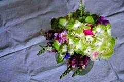 Γαμήλια ρύθμιση λουλουδιών με το βατράχιο, pion Στοκ Εικόνα