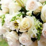 Γαμήλια σκηνή με τις ανθοδέσμες Στοκ Εικόνες