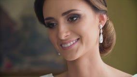 Γαμήλια σκουλαρίκια σε ένα θηλυκό απόθεμα βίντεο