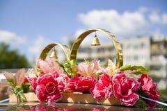 Γαμήλια στηρίγματα, γαμήλια δαχτυλίδια, λουλούδια, γαμήλια διακόσμηση, στοιχεία, δαχτυλίδια, διακοσμήσεις στο αυτοκίνητο Στοκ Εικόνες