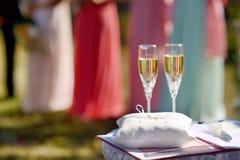 Γαμήλια σύμβολα καθορισμένα συμπεριλαμβάνοντα τα δαχτυλίδια και τα γυαλιά Στοκ Φωτογραφία