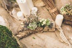 Γαμήλια σύνθεση γαμήλιων κεριών στη χλόη Στοκ φωτογραφία με δικαίωμα ελεύθερης χρήσης