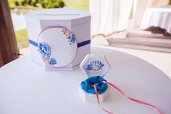 Γαμήλια ταχυδρομική θυρίδα και τρυφερή άσπρη κασετίνα στη διάσκεψη στρογγυλής τραπέζης Στοκ Εικόνες