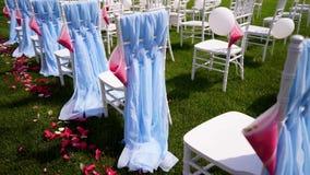 Γαμήλια τελετή στην ανοικτή επαρχία Όλοι διακόσμησαν με τα μπλε υφάσματα και τα μπαλόνια, καρέκλες Chiavari απόθεμα βίντεο