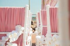 Γαμήλια υπαίθρια διακόσμηση των καρεκλών με τα λουλούδια Στοκ Φωτογραφίες