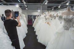 Γαμήλια φορέματα στην επίδειξη σε Si Sposaitalia στο Μιλάνο, Ιταλία Στοκ Εικόνα