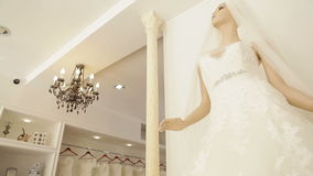 Γαμήλια φορέματα στη νυφική μπουτίκ απόθεμα βίντεο