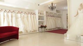 Γαμήλια φορέματα στη νυφική μπουτίκ φιλμ μικρού μήκους