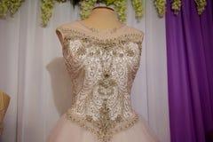 Γαμήλια φορέματα στις κρεμάστρες και τα ομοιώματα στοκ εικόνα με δικαίωμα ελεύθερης χρήσης
