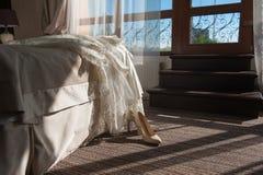 Γαμήλια φόρεμα και παπούτσια στο δωμάτιο Στοκ Εικόνες