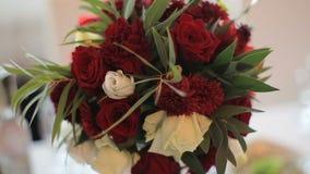 Γαμήλια floral διακόσμηση στον πίνακα απόθεμα βίντεο