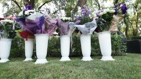 Γαμήλιες ανθοδέσμες στα βάζα απόθεμα βίντεο