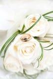 Γαμήλιες δαχτυλίδια και ανθοδέσμη Στοκ Φωτογραφίες