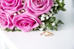 Γαμήλιες δαχτυλίδια και ανθοδέσμη Στοκ εικόνες με δικαίωμα ελεύθερης χρήσης