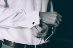 Γαμήλιες λεπτομέρειες, μανικετόκουμπα, κομψό αρσενικό κοστούμι Στοκ φωτογραφία με δικαίωμα ελεύθερης χρήσης