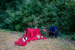 Γαμήλιες διακοσμήσεις υπαίθρια Ποτήρια του κρασιού, πιάτο με τα φρούτα και τις floral διακοσμήσεις στον πίνακα Στοκ Φωτογραφία