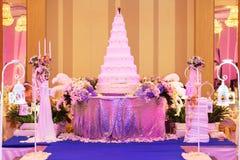 Γαμήλιες κέικ και διακοσμήσεις στη σκηνή στη γαμήλια τελετή - (SH Στοκ Φωτογραφίες