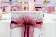 Γαμήλιες καρέκλες με την κορδέλλα Στοκ Φωτογραφίες