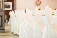 Γαμήλιες καρέκλες με τις άσπρες καλύψεις Στοκ Φωτογραφία