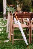 Γαμήλιες καρέκλες σε κάθε πλευρά της αψίδας Στοκ φωτογραφία με δικαίωμα ελεύθερης χρήσης