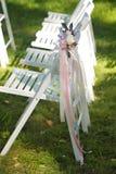 Γαμήλιες καρέκλες σε κάθε πλευρά της αψίδας Στοκ Φωτογραφία