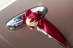 Γαμήλιες λουρίδες στο αυτοκίνητο Στοκ Φωτογραφία
