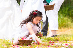 Γαμήλιες παράνυμφοι με το καλάθι πετάλων λουλουδιών Στοκ Φωτογραφίες
