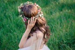 Γαμήλιες φόρεμα και ανθοδέσμη στοκ φωτογραφία με δικαίωμα ελεύθερης χρήσης